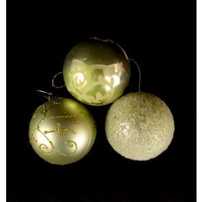 Sada světle zelených zdobených koulí